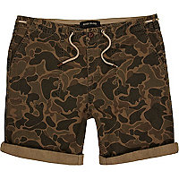 Khaki camo print turn up cargo shorts