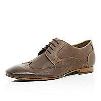 Brown wingtip round toe shoes