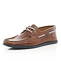 Tan contrast sole boat shoes