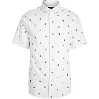 White triangle print short sleeve shirt