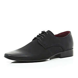 Black pointed formal shoes