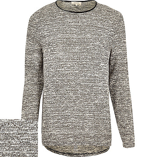 Grau melierter Pullover mit abgerundetem Saum