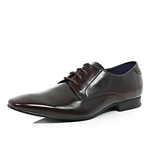 Dark red pointed formal shoes