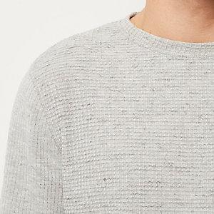 Grauer Pullover mit Waffelmuster