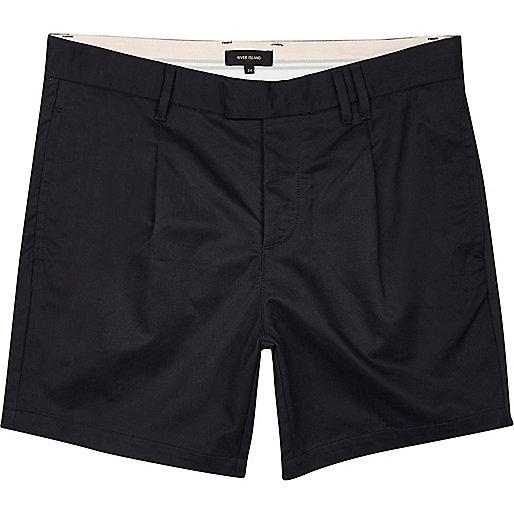 Marineblaue Bermuda-Shorts mit Plisseefalten