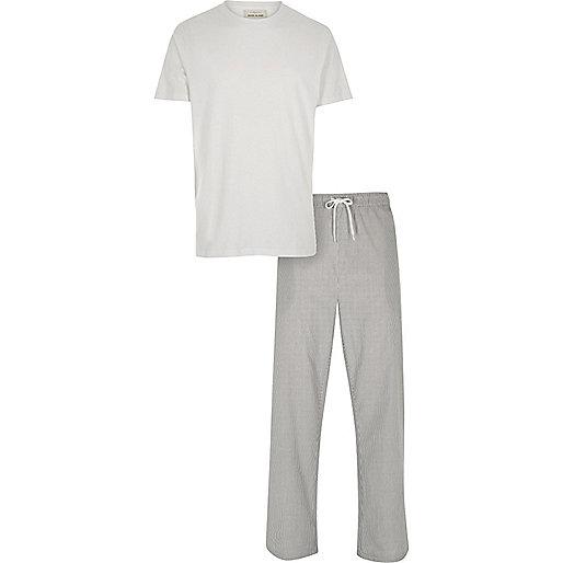 Weißes T-Shirt und Hose, Pyjamaset