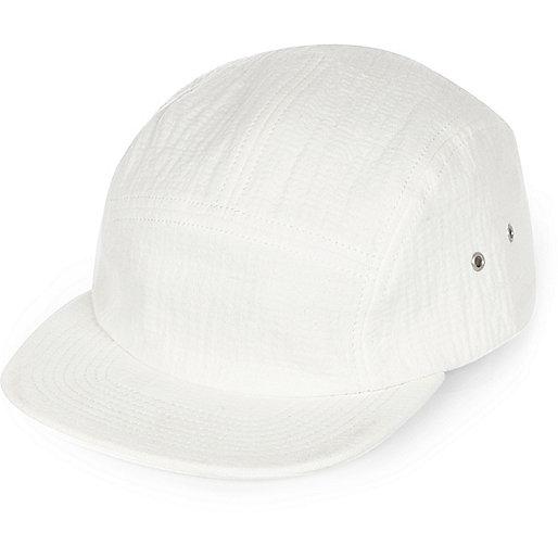 Weiße, strukturierte Kappe