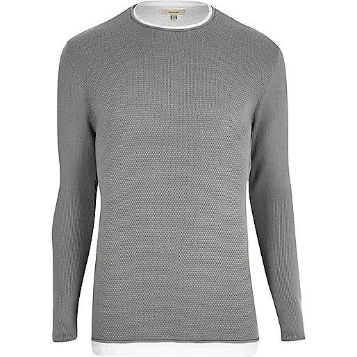 Langer, grauer Pullover im Lagen-Look