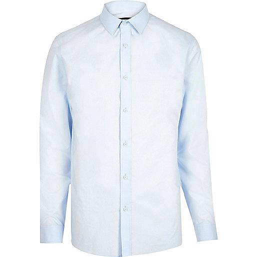 Hellblaues anligendes Hemd