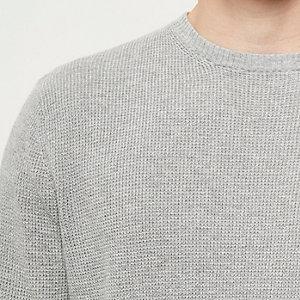 Grauer, strukturierter Pullover
