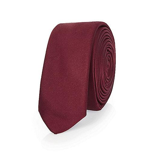 Rote, schmale Krawatte