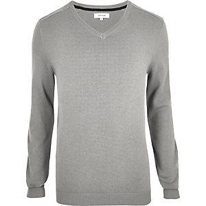 Grauer Pullover mit V-Ausschnitt