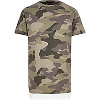Langes, grünes T-Shirt mit Camouflage-Muster