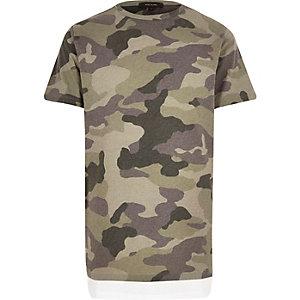 Langes, grünes T-Shirt mit Camouflage-Muster