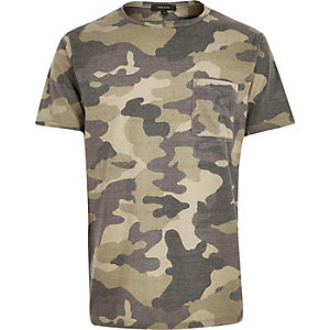 Dunkelgrünes T-Shirt mit Camouflage-Muster