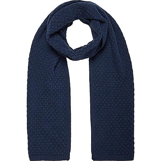 Blauer Schal mit Wabenmuster