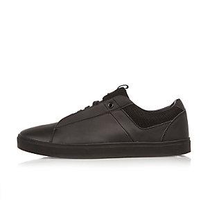 Schwarze Sneaker im Minimal-Design