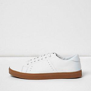 Weiße Sneaker mit Kontrastsohle