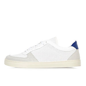 Baskets blanches et bleues perforées