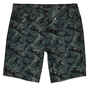 Green camouflage print slim fit shorts