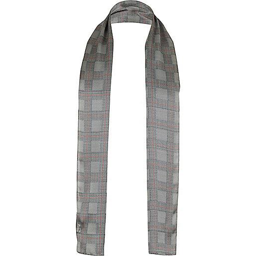 Écharpe en soie grise à motif écossais habillée