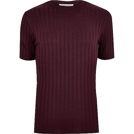 Dunkelrotes, figurbetontes T-Shirt