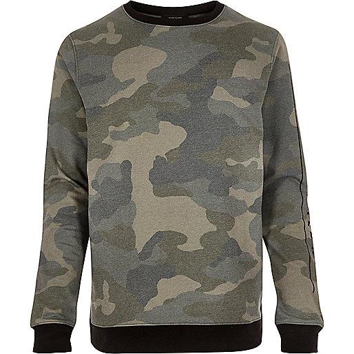 Grüner Pullover mit Camouflage-Muster