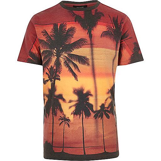 Dunkelrotes T-Shirt mit Tropenprint