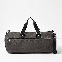 Graue Reisetasche mit Camouflage-Muster