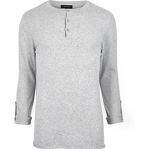 Grauer Pullover ohne Kragen