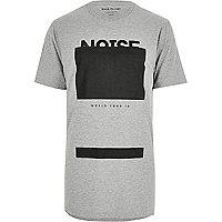 Graues, langes T-Shirt mit ausgestanztem Schriftzug