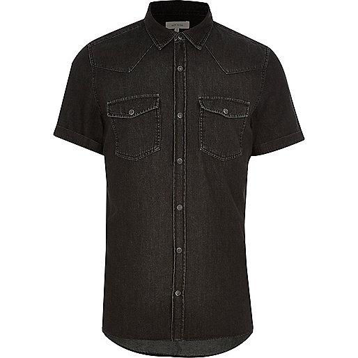 Schwarzes, legeres Jeanshemd mit kurzen Ärmeln