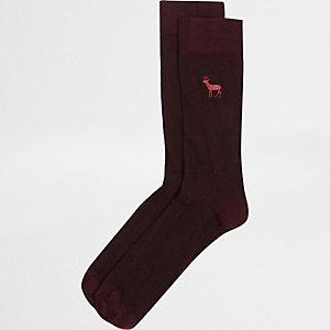 Dunkelrote Socken mit Hirschsymbol
