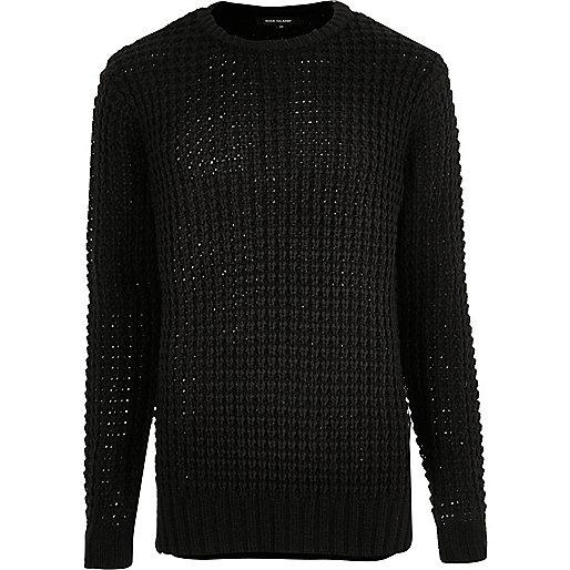 Schwarzer Pullover mit grober Waffelstruktur
