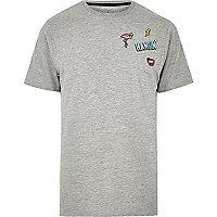 Grau meliertes T-Shirt mit Aufnäher