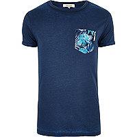 T-shirt bleu foncé avec imprimé poitrine