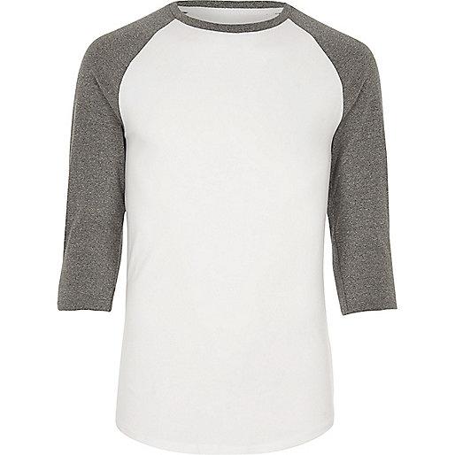 T-shirt blanc et gris à manches raglan