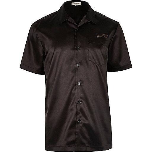 Chemise en satin noir à manches courtes et motif aigle au dos