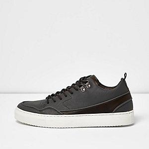 Graue, mittelhohe Sneaker mit Bahnendesign