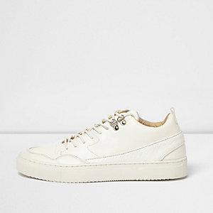 Weiße, mittelhohe Sneaker mit Bahnendesign