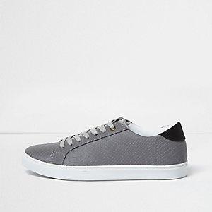 Graue, reflektierende Sneaker