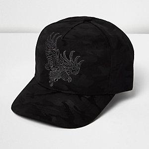 Schwarze, bestickte Kappe mit Camouflage-Muster