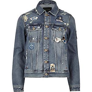 Blaue Western-Jeansjacke mit Aufnähern
