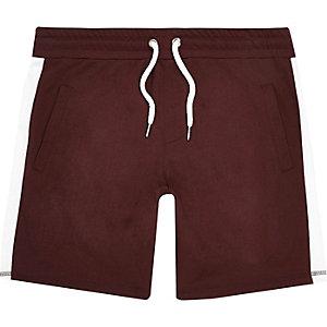 Rote, gestreifte Shorts