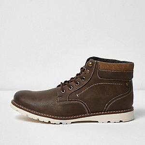 Braune Stiefel mit Kontrastsohle