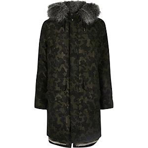 Parka longue motif camouflage à capuche bordée de fausse fourrure