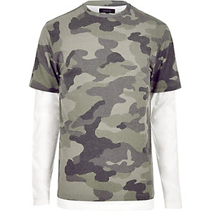 Grünes, doppellagiges T-Shirt mit Camouflage-Muster