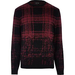 Roter Pullover mit Karomuster