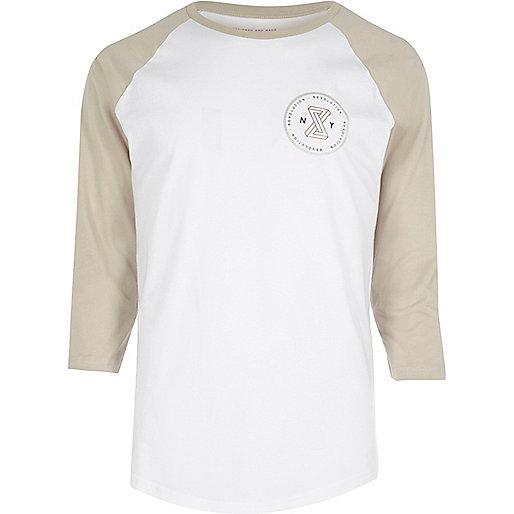 T-shirt blanc et sable à manches raglan
