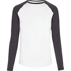 Weißes, langärmliges T-Shirt mit figurbetontem Schnitt